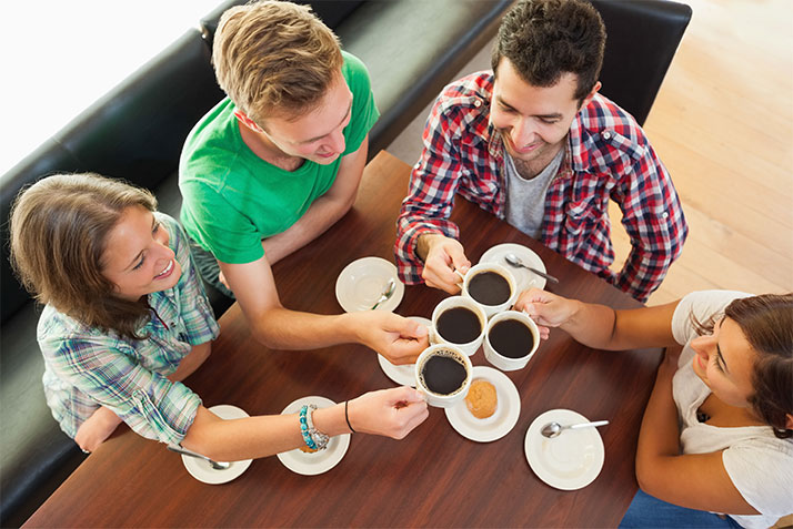 Gens qui prennent un café